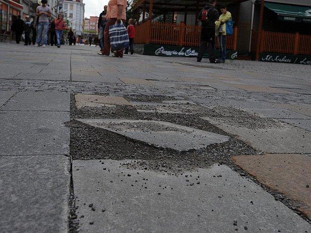 Dlažba na Masarykově náměstí se dál rozpadá.