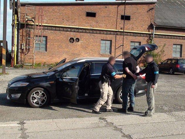 Devět osob, z toho tři policisty působící v řadách moravskoslezské policie, zatkli příslušníci Generální inspekce bezpečnostních sborů (GIBS)