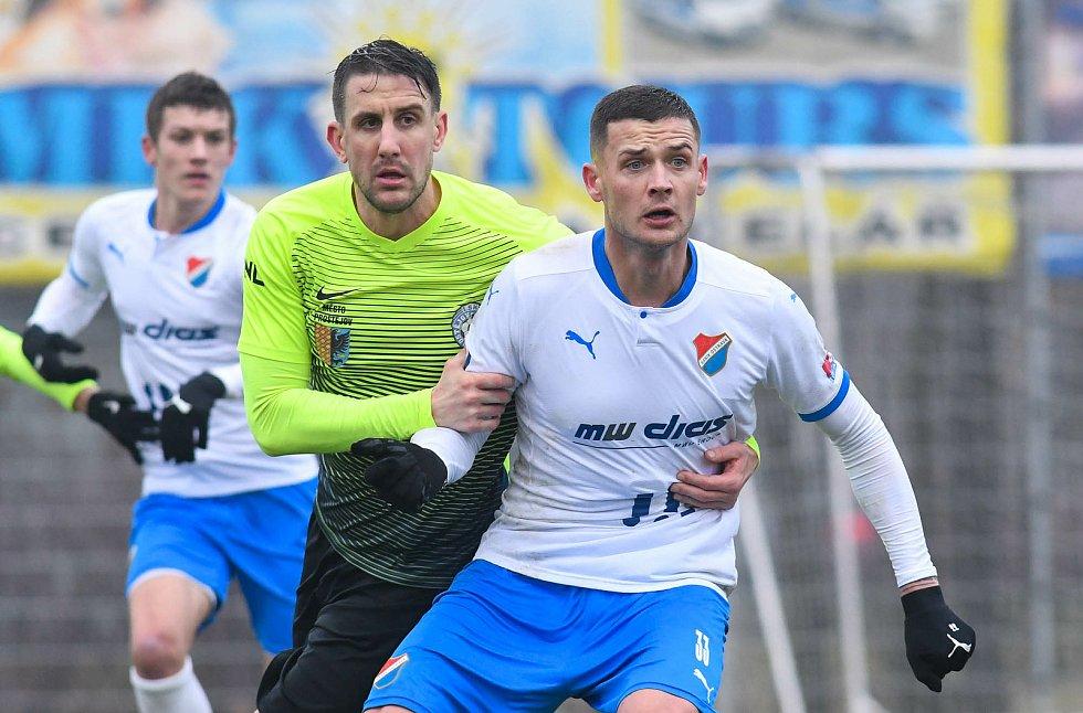 Fotbalisté Baníku Ostrava prohráli přípravné utkání s druholigovým Prostějovem 0:1. (6. ledna 2021, Ostrava). Na snímku v popředí Roman Potočný.