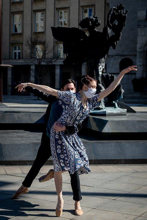 Natáčení speciálního streamu baletu NDM v rámci projektu Divadlo pod rouškou 9. dubna 2020 v Ostravě. Réka Kiss (Maďarka) a Matthias Kastl (Ital), duet Valmonta a Madam de Tourvel z baletu Nebezpečné známosti v choreografii Kryzstofa Pastora.