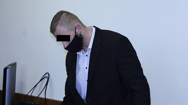 Obžalovaným je David S., který silně opilého muže, majícího v sobě čtyři promile alkoholu, uhodil do tváře.