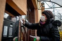 Zaměstnankyně městského obvodu Ostrava-Jih roznášení seniorům nad 65 let věku roušky zdarma do poštovních schránek, jako opatření proti koronaviru.