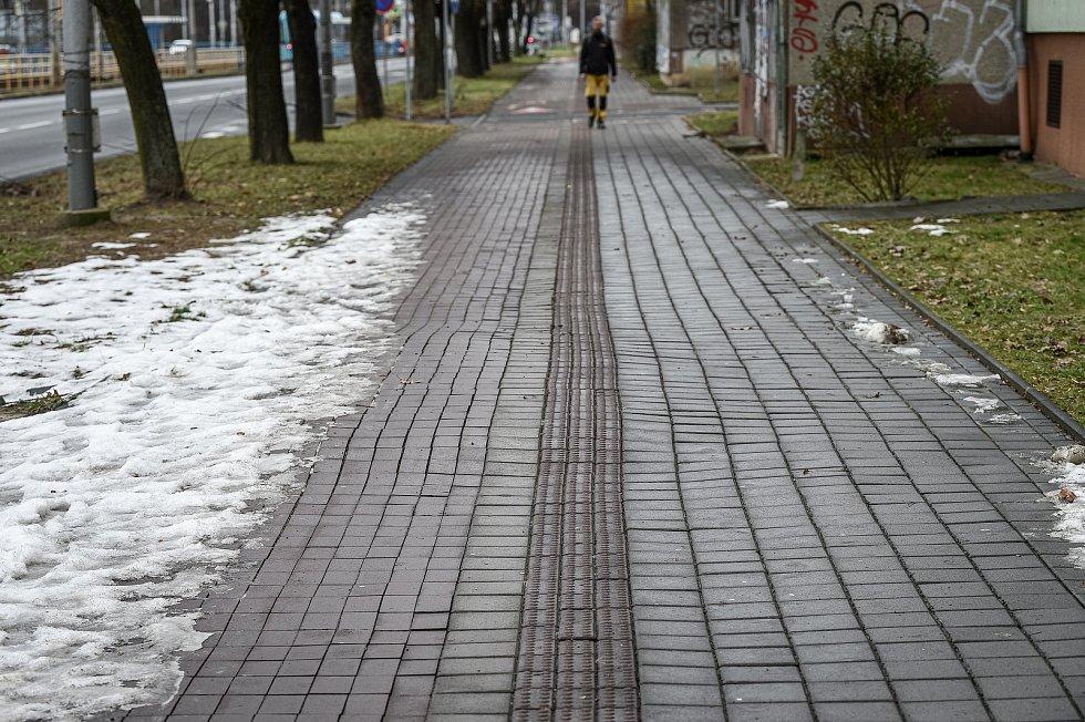 Zvlněný chodník na ulici Opavská, 22. ledna 2021 v Ostravě-Porubě.