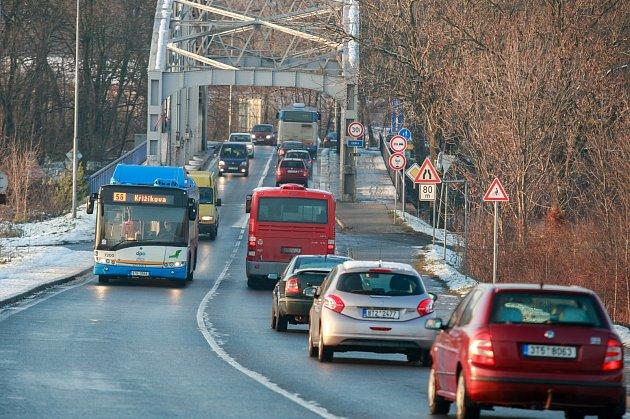 V těchto místech by měla vzniknout světelná křižovatka, která napojí outletové centrum na Hlučínskou ulici.