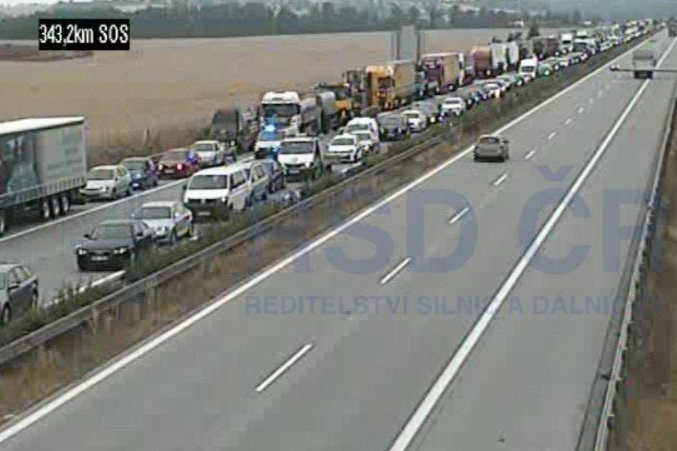 Kolona na D1 kvůli nehodě kamionu.