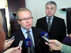 Ministr životního prostředí Tomáš Chalupa a hejtman Moravskoslezského kraje Jaroslav Palas v pátek podepsali dokument, který má za cíl minimalizovat znečištění ovzduší v kraji.