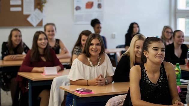 Nově otevřená AGEL Střední zdravotnická škola v Ostravě-Koblově. Na snímku studentky 1.A. Adéla Červená z Ostravy-Poruby (vpravo) a Natálie Vicherková z Vratimova.