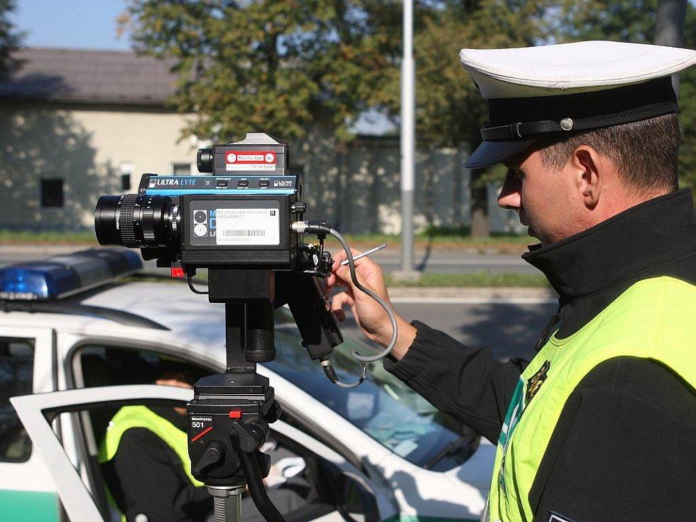 Policisté při měření rychlosti