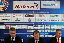 Snímek z tiskové konference týmu HC Vítkovice Ridera před startem extraligy. Zleva Jakub Petr, Aleš Pavlík, Václav Daněk.