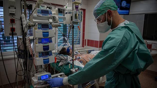 Covidové oddělení s pacienty ve vážném stavu.