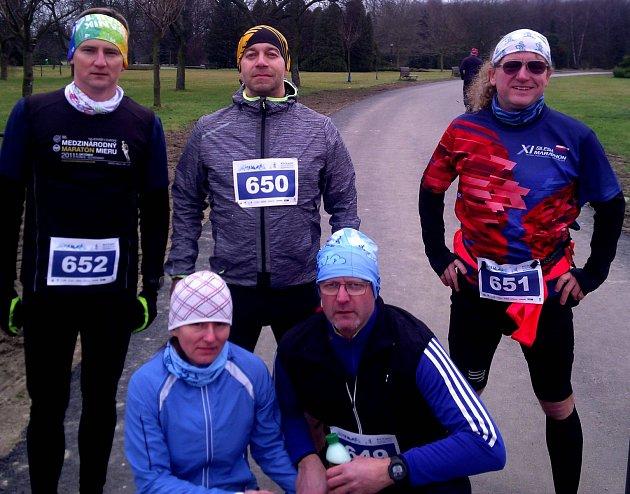 Výprava česko-slovenských maratonců, Jančář sFujeríkovou klečí dole.