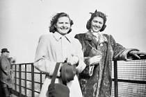 Krasobruslařky Dáša Lerchová (vlevo) a Ája Vrzáňová na věži Nové radnice 22. března 1948.