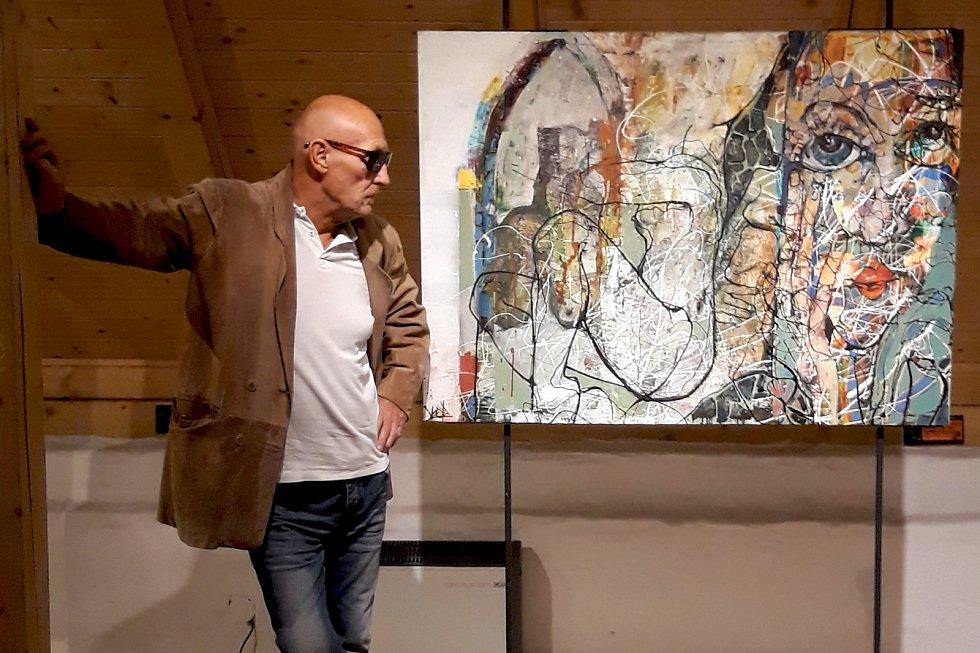 David Lloyd, anglický výtvarník, na současné výstavě v prostorách Hradní galerie Slezskoostravského hradu.