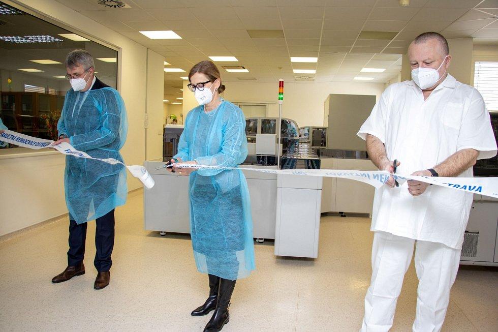 Laboratorní vzorky ve FN Ostrava teď zpracovává plně automatická linka.