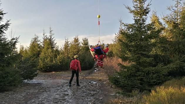 Šestapadesátiletý muž pod Lysou horou uklouzl a upadl na zmrzlém chodníku při pohybu po modré turistické značce, poblíž rozcestí Malchor, ve špatně přístupném terénu.