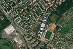 Vedle karvinského Městského fotbalového stadionu.