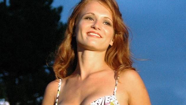 Vítězce Miss Léto 2007 Kateřině Kubačkové to slušelo nejen při promenádě v plavkách.