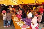 Třídení Novojičínský jarmark zpestřuje denně nějaký program. Ve středu 17. dubna dopoledne to byla například vystoupení dětí místních škol.