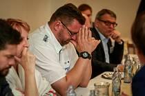 Lubomír Volný (v bílém) na snímku z poloviny října 2017, kdy se jako lídr kandidátky SPD v kraji zúčastnil s dalšími představiteli politických uskupení s největším volebním potenciálem (podle agentury Sanep) předvolební debaty Deníku.