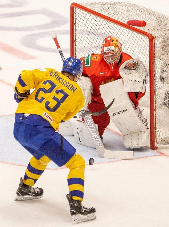 Mistrovství světa hokejistů do 20 let, semifinále: Švédsko - Rusko, 4. ledna 2020 v Ostravě. Na snímku (zleva) Albin Eriksson (SWE), brankář Ruska Amir Miftakhov.