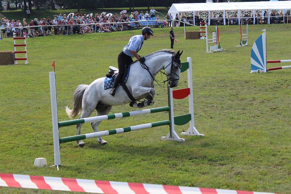 Ochránci zákona na koních bravurně zvládali skoky přes překážky.