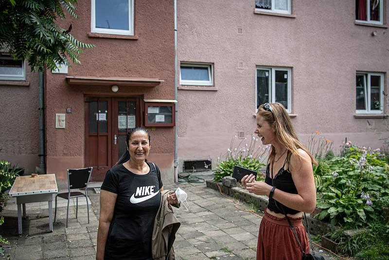 Osada Červený kříž v Mariánských horách, 21. července 2021 v Ostravě. (vpravo) Majitelka osady Lenka Grochalová diskutuje s obyvatelkou osady.