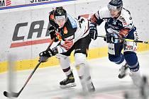 Utkání 43. kola hokejové extraligy: HC Vítkovice Ridera - HC Sparta Praha, 5. února 2021 v Ostravě. (zleva) Dominik Lakatoš z Vítkovic a Robert Říčka ze Sparty.