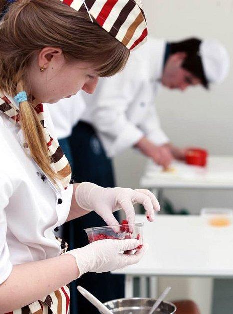 Studenti druhých ročníků oboru kuchařská práce předvedli své kulinářské umění na soutěži, kterou pořádala Střední škola odborná a speciální na Komenského ulici v Klimkovicích