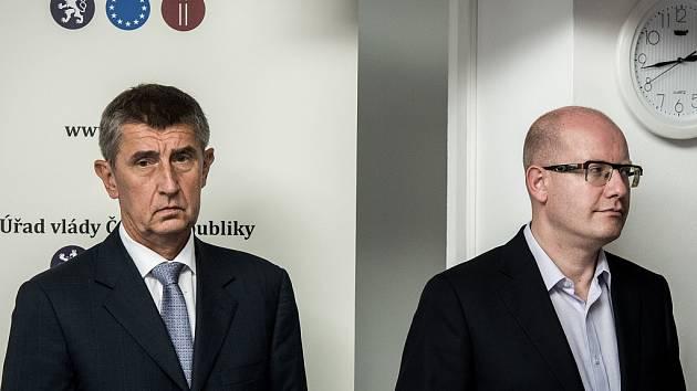 Snímek z tiskové konference po výjezdním zasedání vlády v Ostravě. Zleva ministr financí Andrej Babiš a premiér Bohuslav Sobotka.