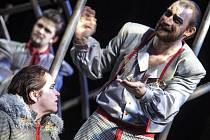 Z inscenace Richard III. Vpravo v popředí Lukáš Melník, představitel titulní role.