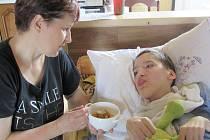 Dominik Svoboda z Vrbna pod Pradědem doma se svou mámou Lenkou.