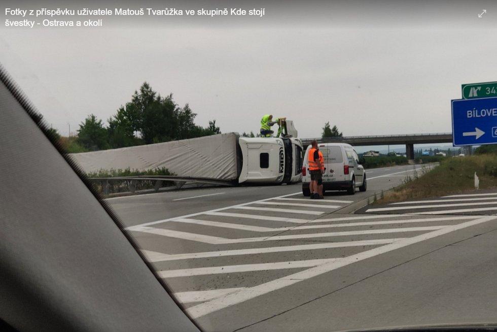 Převrácený kamion na D1 u Ostravy.