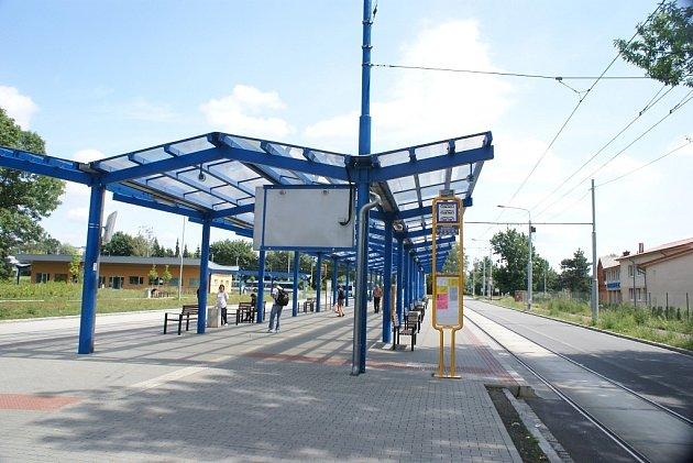 Přestupní dopravní terminál na Hranečníku ve Slezské Ostravě slouží už téměř rok a půl. Zatím si ale lidé na něj nezvykli.