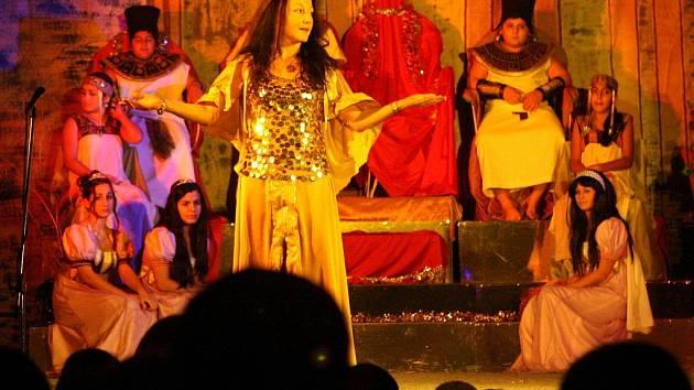 Děti z majoritní i minoritní společnosti představily v úterý veřejnosti mystický příběh ze starověkého Egypta.