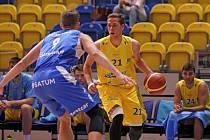 Basketbalisté NH Ostrava (v modrém) prohráli sobotní utkání 3. kola nadstavby na palubovce Olomoucka 79:88 a spadli na poslední místo tabulky.