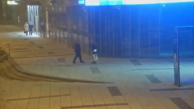 Muž v Ostravě při procházce městem osahával ženy.