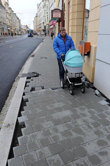 Chodník naproti ústí do Stodolní ulice vOstravě, kde se scházejí jednotlivé etapy rekonstrukce Nádražní ulice.