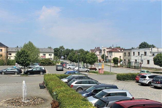 Parkoviště mezi Hruškou a městským úřadem.