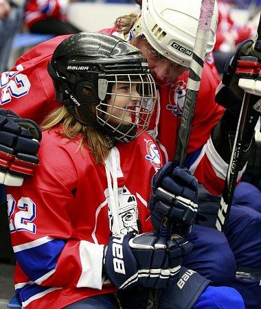 Olympijský hokejový vítěz zNagana David Moravec se vnedělní exhibici vOstravě slavnostně rozloučil saktivní kariérou. Souboj vítkovických legend stýmem bývalých osobností české reprezentace, přinesl obligátní remízu 9:9