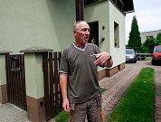 """""""Zapomenout se úplně nedá,"""" říká Miroslav Valčík z Nové Vsi. Svůj domek zkolaudoval v roce 1996 a o rok později voda sahala až do prvního patra."""