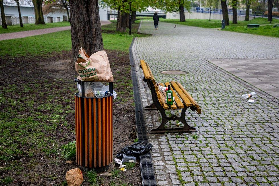 Nepořádek v Komenského sadech v sobotu ráno 1. května 2021 v Ostravě.