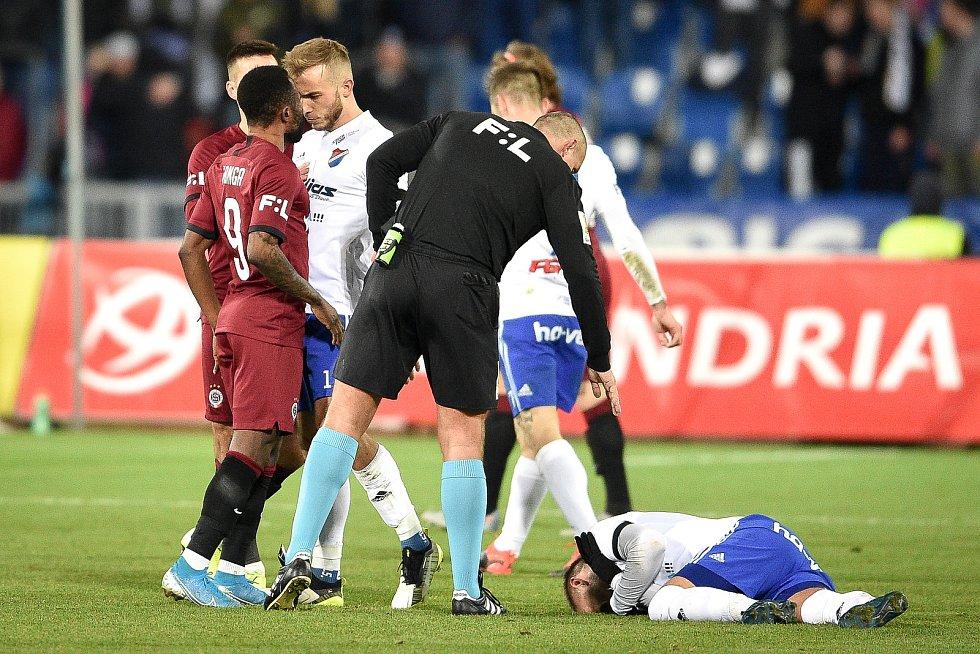 Utkání 20. kola první fotbalové ligy: Baník Ostrava - Sparta Praha, 14. prosince 2019 v Ostravě. Na snímku (zleva) Guelor Kaku Kanga a Nemanja Kuzmanovič.