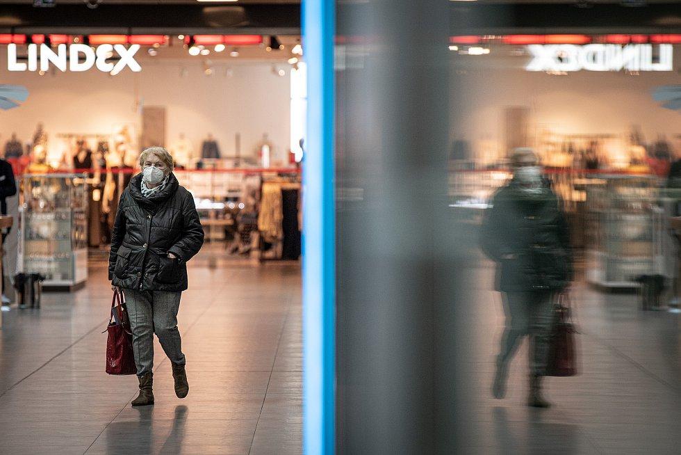 Žena s respirátorem v obchodním centru Forum Nova Karolina, 25. února 2021 v Ostravě. Kvůli koronavirové epidemii začala platit povinnost na frekventovaných místech nosit respirátor nebo dvě jednorázové zdravotnické roušky přes sebe.