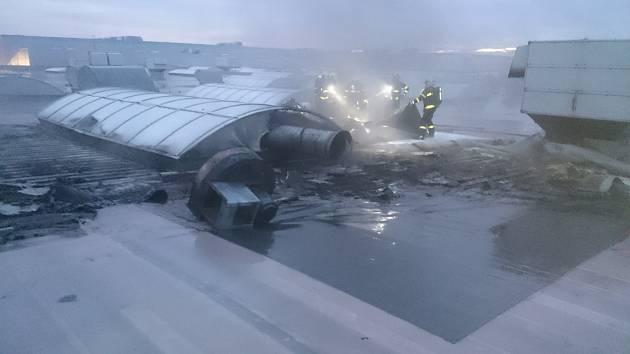 V průmyslové zóně Hrabová vzplála střecha jedné z hal.