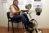 Motomed je rehabilitační pohybový přístroj, který na první pohled připomíná rotoped. Na snímku na něm šlape Naďa Nováková.