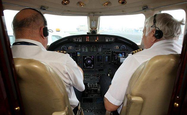 Letiště Ostrava v Mošnově prošlo kalibrací navigačního systému. Piloti speciálu Cessna 560 XL Petr Člupný (vlevo) a Tomáš Strnádek