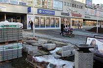Příprava rekonstrukce starého podchodu. Stavbaři před komplexem Venuše v Ostravě-Hrabůvce.