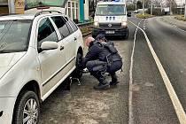 Šikovní strážníci vyměnili řidičce píchlé kolo.
