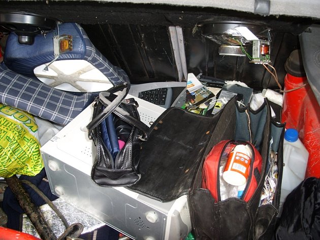 Při prohlídce kufru auta policisté objevili varnu pervitinu.