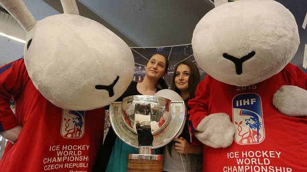 """Maskoti """"českého"""" mistrovství světa Bob a Bobek s pohárem a fanoušky."""